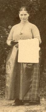 Baderska vid Frostbrunns badinrättning omkring 1890. Bilden är en del av ett foto på personalen.
