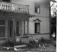 Bilden tagen av Erik Bergqvist ( E B-T) vid ett besök 1945 tilsammans med S. Sjöberg Naturskyddsföreningens ordf. och Carl Falkman, då man undersöker om man kan göra om Janssonska stugan till vandrarhem.