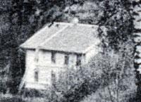 Bilden är en delförstoring av ett vykort och den är tagen från ravinen som slutar alldeles intill Buskåkers gästgiveri.