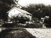 Huset sett nerifrån Frostbrunnsdalen i bakgrunden kan man se Templarlokalen.